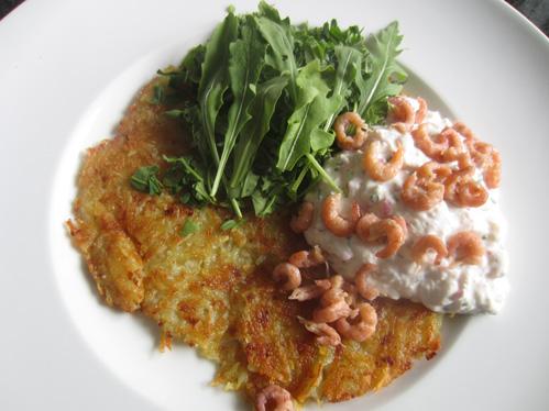 Kartoffelrösti mit Rucola, Kräutercreme und Krabben