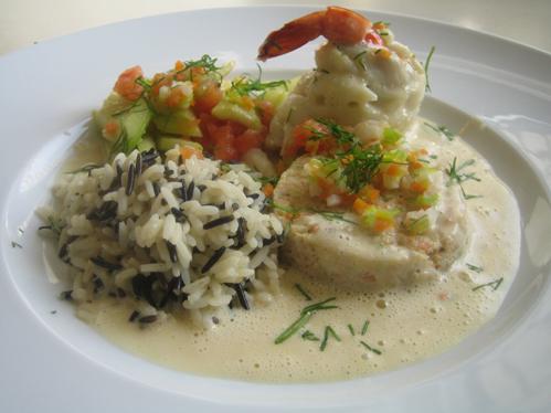 Schollenröllchen mit Garnele und Schmorgemüse in Weißweinsauce