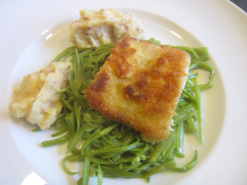 Hechtfilet mit Pankokruste auf Bohnenstroh und Kartoffel-Zwiebel-Püree