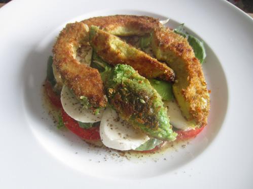 Avocado gebraten auf Tomaten mit Mozzarella