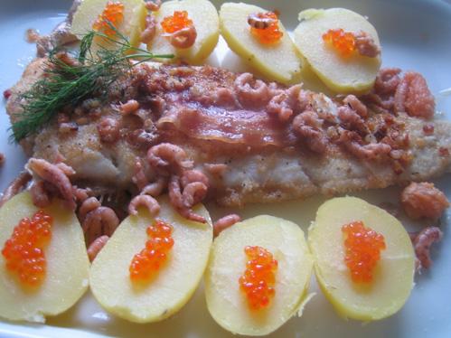 Rotzunge auf der Gräte gebraten mit Pancetta, Krabben und Forellenkaviar