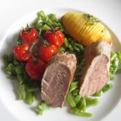 Schweinefilet im Ganzen gebraten an Schnippelbohnen, Schmortomaten und Fächerkartoffel