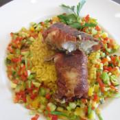 Fisch im Schinkenmantel auf Safranrisotto und buntem Gemüse