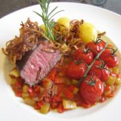 Hüftsteak für Zwei mit frittierten Zwiebelringen und Schmorgemüse