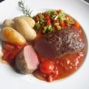 Lammlachse mit Schmortomaten, Bohnen-Paprika-Gemüse und Drillingen