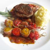 Rindermedaillons mit Tomatenspießen