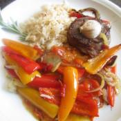 Filetsteak mit Schmortomaten und Paprika