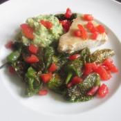 Filets vom weißen Thunfisch mit Pimientos und Tomatenwürfeln