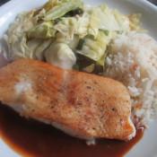 Heilbutt in Krustentiersauce mit gebratenem Spitzkohl und Reis