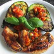 Gegrillte Avocado mit Tomatengemüse und Hähnchenbrust-Innenfilets