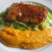 Kabeljauloin mit Cornflakespanade auf Spitzkohl und Möhrenpüree