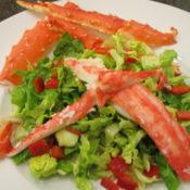 Königskrabbenfleisch auf Salat