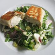 Teigtaschen auf Salatmix